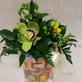 Gėlių kompozicija ant taupyklės