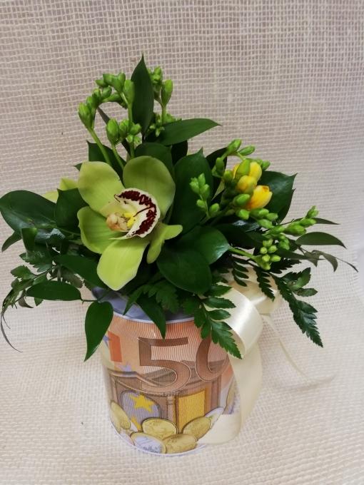 Gėlių kompozicija ant taupyklės 1