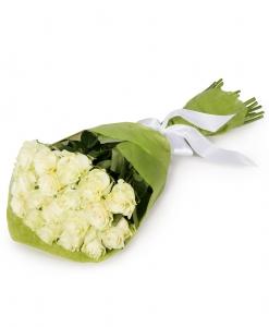 Puokštė iš baltų rožių